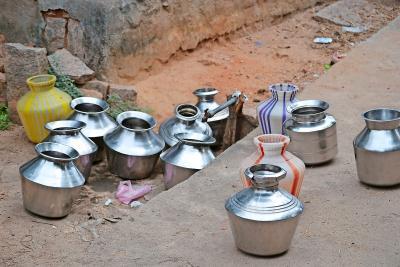 De vele kannen die de hele dag bij de zeldzame kraantjes staan, wijzen op het nijpend tekort aan drinkwater. © Ananda vzw